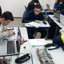 Participação dos alunos na montagem de circuitos com Arduino.
